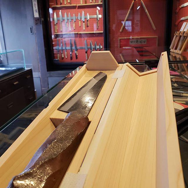 包丁の柄が焼き物!世界でたった一つの包丁「未来の匠Hyogo」、刃を担当してくれている三木市の三寿々刃物製作所にて展示してあります。ぜひ近くにお越しの際にはお立ち寄りください。