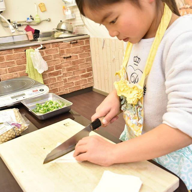 本格こども包丁「未来の匠」は、5歳のお子さんも力を入れず安全に、美しく切れる包丁です。