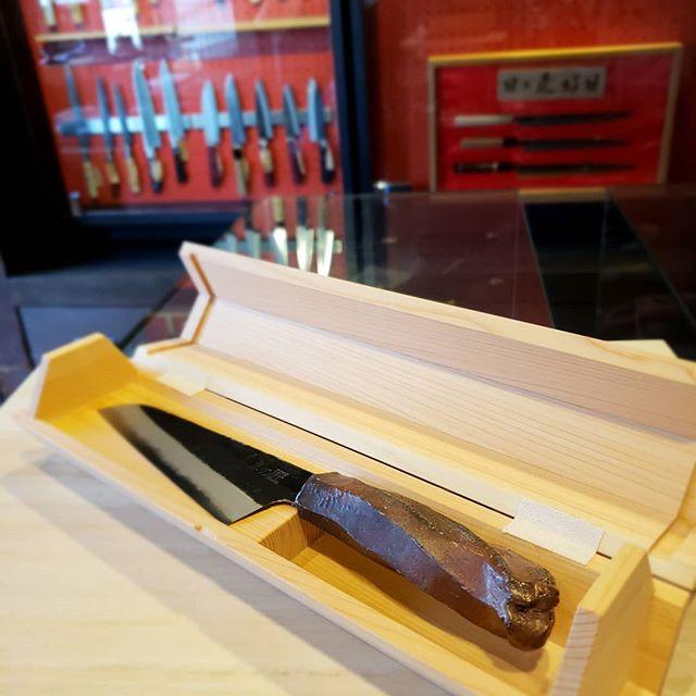 3/27から4/9まで、大阪高島屋で、世界にたったひとつだけの包丁「未来の匠Hyogo」の展示販売します。ぜひこの機会に、鍛造式の刃・のぼり窯で焼いた柄・六甲山間伐材の檜の木箱の作品を見に、そして手にとって見てください。