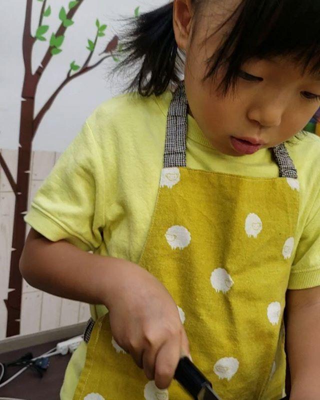 本格的な包丁は子どもには危ない?いえいえ、本物だからできることがたくさんあります。切れない包丁こそ子どもには危ないです。「包丁」という名のおもちゃを卒業しませんか?