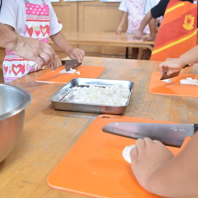 5歳だって本格的なこども包丁使いたい!出張こどもお料理教室でも、本格こども包丁『未来の匠』使っています。切れない包丁は子どもに危険です!