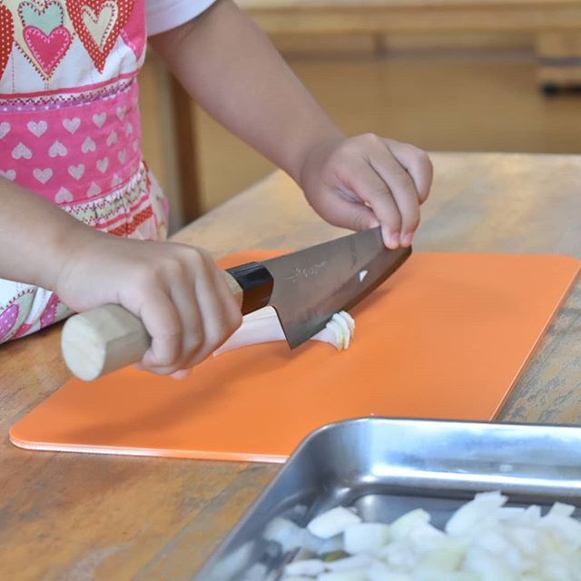 5歳だって、5歳だからこそ、本格的なこども包丁を!子どもたちと包丁職人が開発した本格こども包丁、それが「未来の匠」